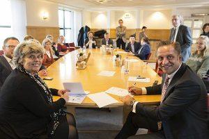 Burgemeesters Otwin van Dijk (Oude IJsselstreek) en Victor Molkenboer (Woerden), en wethouders Theo Maas (Someren) en Marleen Sanderse (Gooise Meren) Jantine Kriens, Algemeen directeur van de VNG, en Hugo de Jonge, minister van VWS