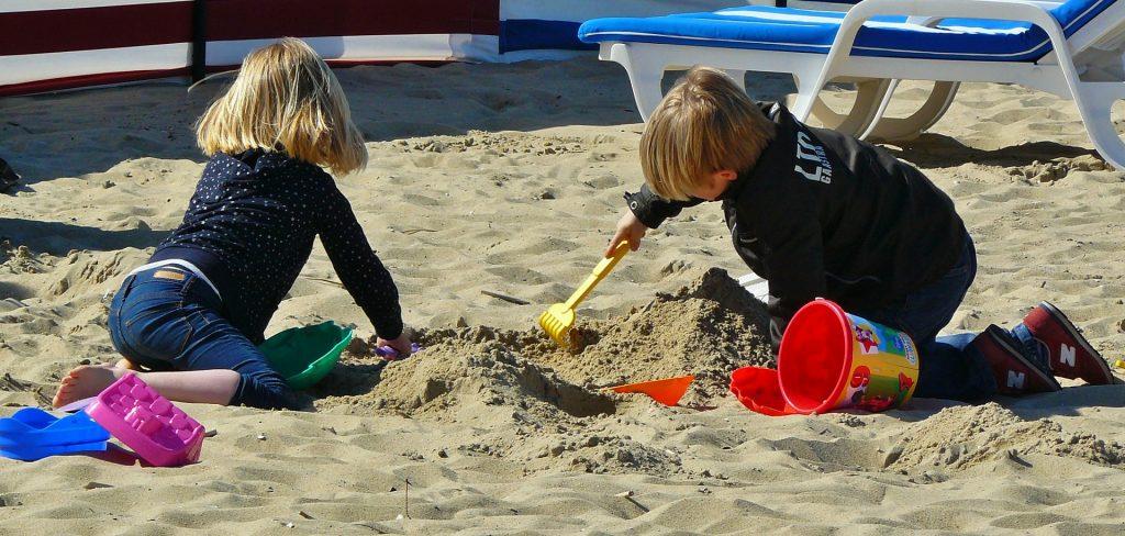 Spelende kinderen in zandbak.