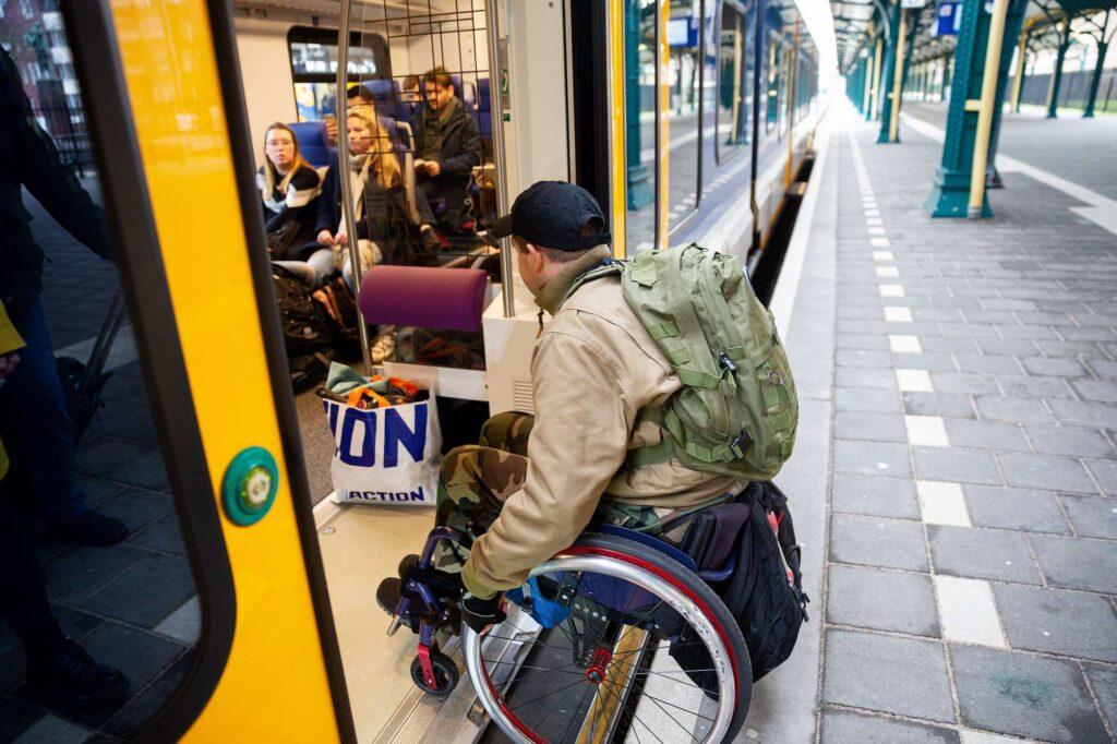 foto van iemand die zonder hoge drempels met zijn rolstoel de trein in kan rijden vanaf het perron