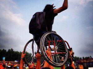 Crowd surfende rolstoelgebruiker